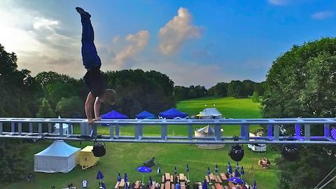 Stuntshow über der Zirkuskuppel