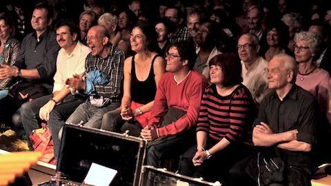 Publikum im Zirkuszelt